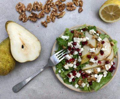 salatka z soczystą gruszka, fetą i orzechami włoskimi
